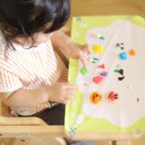 粘土で遊ぶ子供
