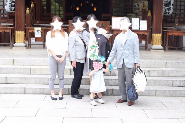 布多天神社でお宮参りの参拝をする家族