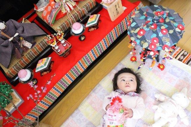 自宅で初節句を祝う赤ちゃん