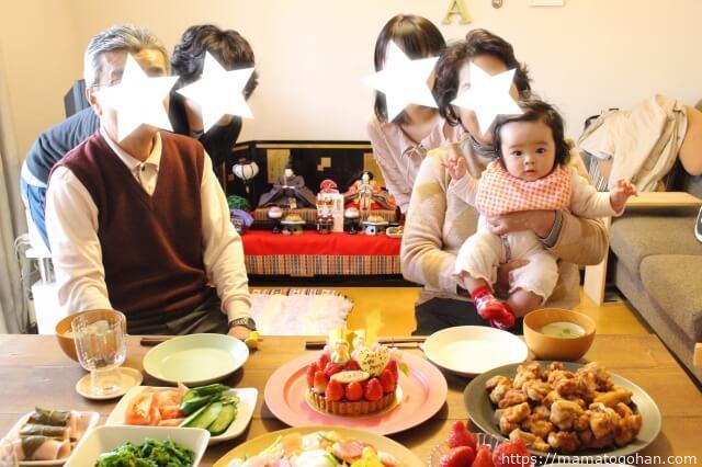 初節句で記念撮影をする家族と赤ちゃん