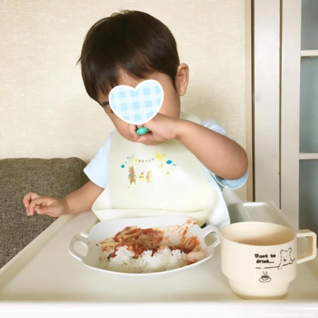 【離乳食・幼児食】1歳からOK!レンジで簡単鯖缶トマトカレーを食べる幼児