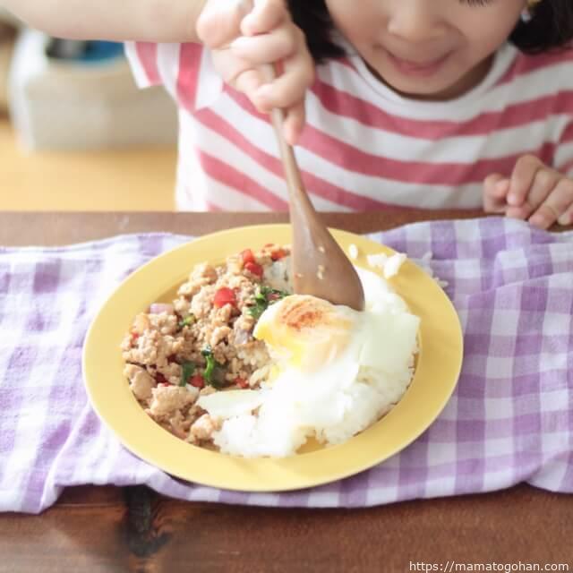 【幼児食】ナンプラーなし!子供に人気のガパオライス風を食べる子供
